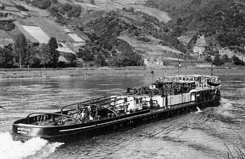 De INTRITAS III, voor velen de mooiste sleepboot die Van Ommeren / de Internationale ooit in de vaart had, opvarend in het gebergte.