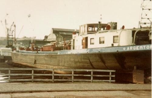 Het motortankschip ARGENTORIA, voor klasse maken op de helling van De Biesbosch in Dordrecht. Archief: Arie Lentjes.
