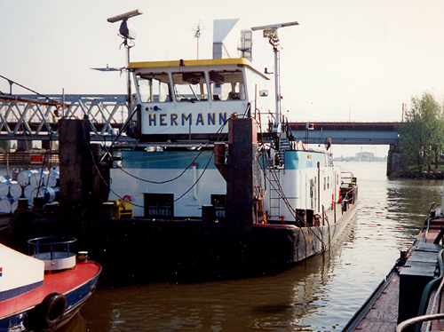 Na veel omzwervingen in Frankrijk, waar de boot bijna verging, keerde de voormalige STORMVOGEL als HERMANNA terug in Nederland. Hier ligt zij een weekend over beneden de brug van Dordrecht.