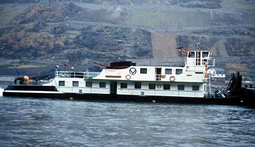 De duwboot STORMVOGEL, afvarend op de Middenrijn.