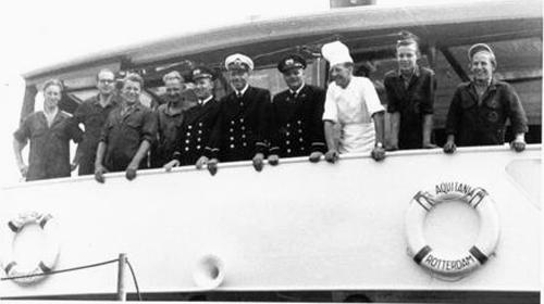 De AQUITANIA voer, net als haar zusterschip BURGUNDIA in de volcontinu. Dat betekende eind jaren vijftig maar liefst een bemanning van 10 man. Achtereenvolgens: 1 eerste kapitein (witte pet), 2 tweede kapiteins (zwarte pet), 1 eerste stuurman, 1 tweede stuurman/bootsman, 3 matrozen, 1 machinist en 1 kok. De machinist en kok liepen overigens dagdienst. Veel koks kwamen in die jaren van de koopvaardij en konden voortreffelijk koken.