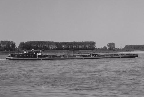 Het motortankschip EDERSEE, opvarend ter hoogte van Rossum op 30-05-1985. Foto: Leo Schuitemaker - met dank.