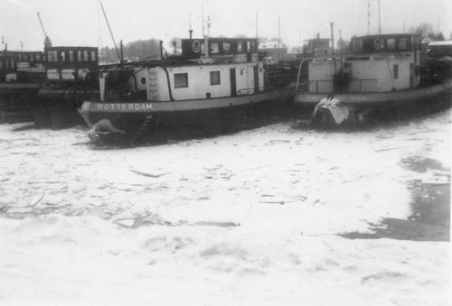 En de ALBANIA lag niet als enige ingevroren. Zij had een hele rij motor- en sleeptankschepen van Van Ommeren langszij. Foto: W. Bosman - met dank.