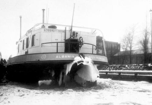 Niet alleen de winter van 1963 mocht er zijn. Hier ligt het motortankschip ALBANIA ingevroren in Basel in februari 1954. Foto: Archief W. Bosman - met dank.