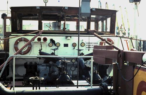 Het front van de stuurhut van de ARGOVIA. Het grijze kastje is een soort periscoop, geplaatst na de verlenging. Foto: Silis Noordloos - met dank.