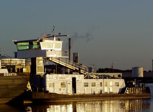 De duwboot HERMANNA, nauwelijks nog herkendbaar als de voormalige STORMVOGEL van Van Ommeren, in de vroege ochtend van 17 juli 2005 aan de Welplaatkade.