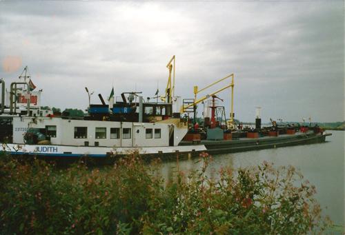 Het motortankschip JUDITH ligt te lossen bij de Oiltanking. Foto: G. van Rieswijk - met dank.