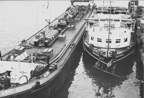 DE motorsleepboot TREKVOGEL ligt voor groot survey bij Boele Bolnes. Langszij ligt het motortankschip ARMENIA, wat wordt aangepast om te gaan duwen. Foto: Archief Arie Lentjes.