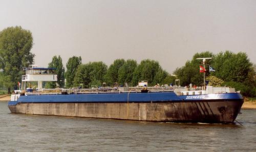 Het motortankschip ZEEMEEUW, na de grote verbouwing voor anker in Leverkusen. In de mast de vlag van Gebr. Broere. Foto: Jochem Driessen - met dank.