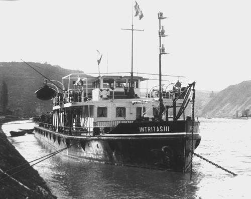Een geliefd plekje om de nacht door te brengen, de INTRITAS III voor anker op de rede van Bingen. De boot mocht dan voor de kant liggen, vergeet niet dat het laatste sleeptankschip soms enkele kilometers lager uitlag en de bemanning niet van boord kon.