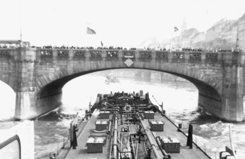 De STORMVOGEL, kort na terugkomst van de Seine, in de opvaart onder de Rheinbrücke in Basel. Al een eind boven de brug zien we VOGELGRYFF, die voorspan verleent.