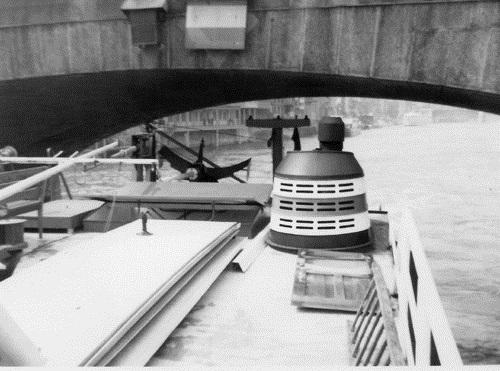 De STORMVOGEL is net, smalle en vooral lage de Rheinbrücke in Basel gepasseerd. Aan de strepen op de schoorsteen kunnen we zien dat de boot net terug van de Seine (Soflumar) is gekomen.