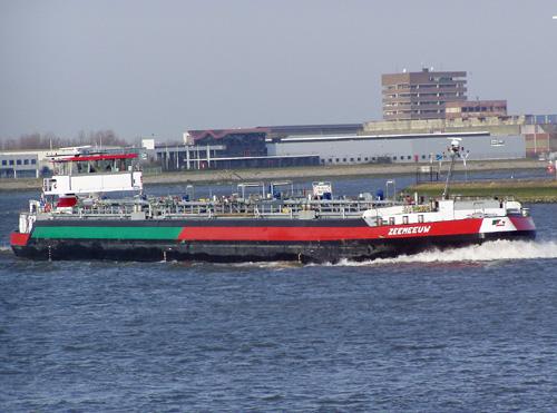 De ZEEMEEUW, hier inmiddels varend in de kleuren van Vopak Barging, loopt in 2005, vanaf de Nieuwe Waterweg de Derde Petroleumhaven binnen. Vooral de groen/rode band was een complete aanfluiting.