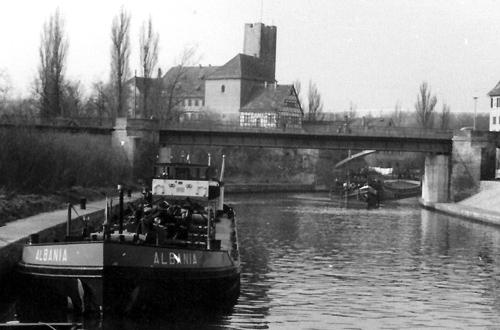 Het motortankschip ALBANIA boven de sluis van Lauffen op de Neckar. De bestemming is Stuttgart. Foto: W. Bosman - met dank.