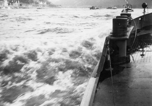 Het motortankschip ANDALUSIA, opvarend ter hoogte van Assmanshausen, met hulp van de voorspanboot BOPPSCHEN. Foto: R. van de Ende - met dank.