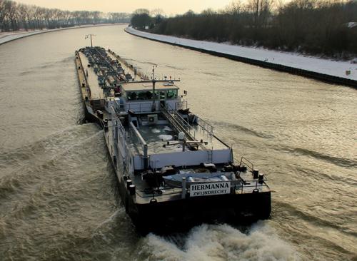 De voormalige STORMVOGEL als HERMANNA, samen met de duwbak GIGANTIA op het Amsterdam-Rijnkanaal in januari 2012.