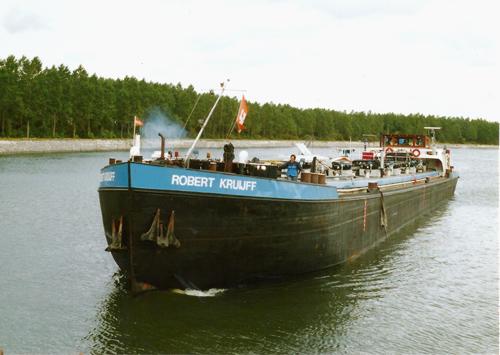 Het motortankschip ROBERT KRUIJFF (ex. SEDUNIA, ex. DUBISIA) op het HArtelkanaal ter hoogte van de steigers van Q8. Foto: Archief Arie Lentjes.