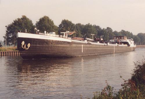 Het motortankschip ZEEMEEUW heeft gelost bij het depot in Hengelo, en wacht om te kunnen schutten in de sluis van Eefde (Twenthe-Rijnkanaal). Foto: Leo Schuitemaker (oktober 1991) - met dank.