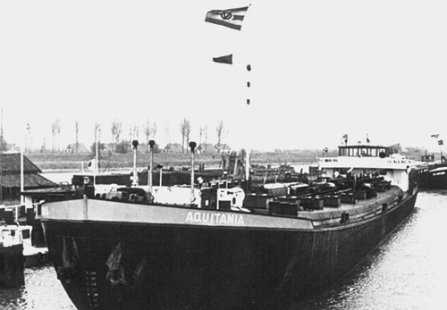 Het motortankschip AQUITANIA voor de sluis van Wemeldinge.