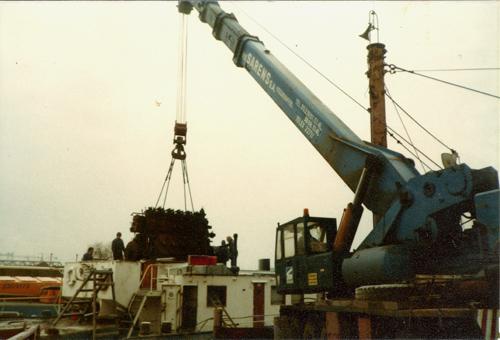 De originele Stork Hesselmann wordt door een kraanwagen van Sarens uit het schip getakeld. Foto: Archief Arie Lentjes.