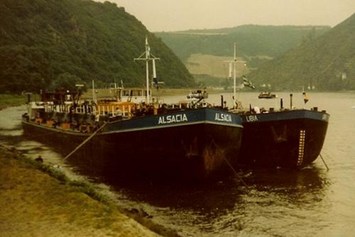 Het stookolieschip ALSACIA, met het chemieschip LIBIA langszij, voor anker te St. Goar. Foto: Archief Arie lentjes.