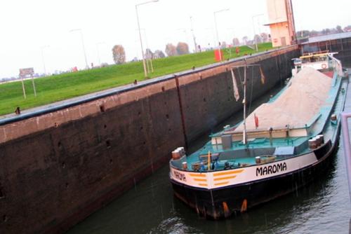 Het beunschip MAROMA in de sluis van Vreeswijk. Archief: Arie Lentjes.