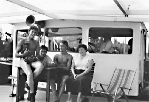 Warm weer op de Bovenrijn. Een deel van de bemanning poseert voor de stuurhut van de TREKVOGEL. Foto: Archief Arie Lentjes.