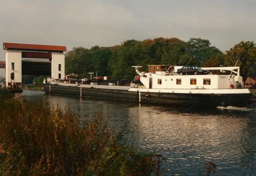 Het motortankschip ZEEMEEUW vaart de sluis van Eefde in. (Twenthe-Rijnkanaal). Foto: Leo Schuitemaker (oktober 1991) - met dank.