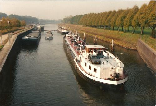 De ZEEMEEUW verlaat de sluis van Eefde en gaat voor een nieuwe reis op weg richting Rotterdam (oktober 1991). Foto: Leo Schuitemaker - met dank.
