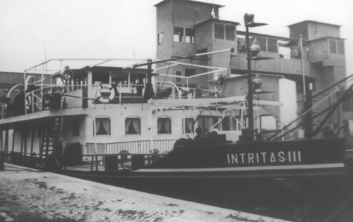 De motorsleepboot INTRITAS III was meestal te vinden op de Bovenrijn. Hier ligt zij in de sluis van Kembs.