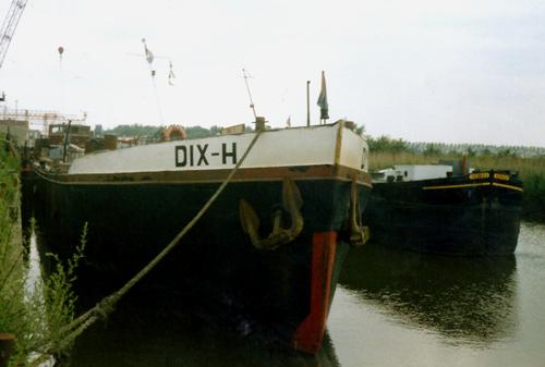 Het motortankschip DIX H (ex. APULIA), in de Rietbaan bij Scheepssloperij Walburg voor de deur.