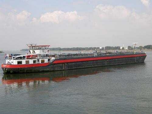 Het motortankschip ZEEMEEUW in de Botlek Centrale Geul in 2008.