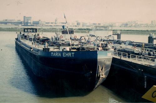 Het motortankschip MARIA EHRT in de Geulhaven in Rotterdam.