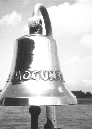 De smetteloos gepoetste bel van de MOGUNTIA, glinsterend in een waterig zonnetje. Foto: Collectie A.M. van Zanten - met dank.