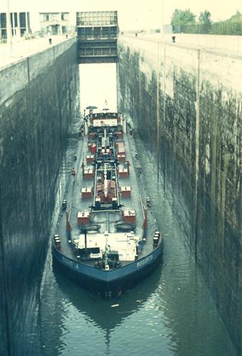 Het motortankschip MOGUNTIA, tijdens het invaren van één van de kleine sluizen op het Grand Canal d' Alsace. Foto: J.Koops - collectie Arie Lentjes.