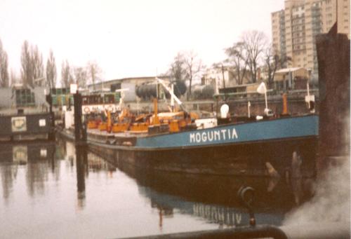 De MOGUNTIA lost bij de BP in de Stadthafen van Frankfurt-Offenbacht. Foto: J. van Brussel - Collectie Arie Lentjes.