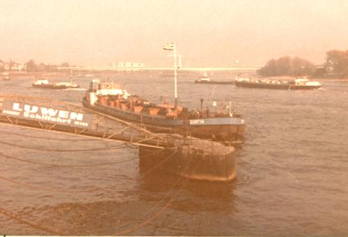 Het motortankschip MOGUNTIA nadert het steiger van Luwen Schiffahrt aan de Bastei in Keulen. Waarschijnlijk komt de aflos vandaag aan boord. Foto: Collectie A.M. van Zanten - met dank.