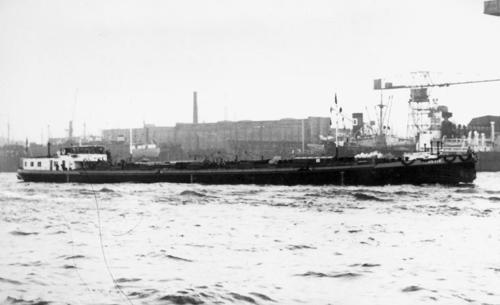 Het is 22 maart 1956, het motortankschip TRAVIA, tijdens de overdracht gefotografeerd op de Elbe in Hamburg.