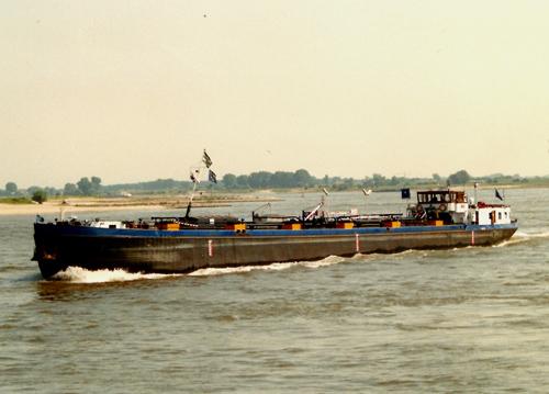 Het motortankschip TRAVIA, afvarend te Rossum op 2 augustus 1990. Foto: Leo Schuitemaker - met dank.