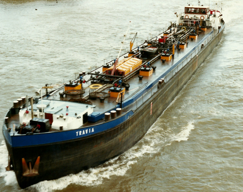 Het motortankschip TRAVIA, afvarend aan de Baanhoekbrug in Sliedrecht. Foto: Willem Keizer - met dank.