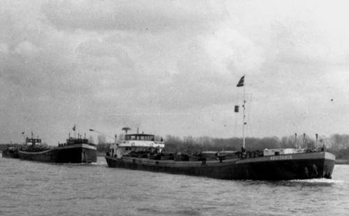 De AQUITANIA, met het sleeptankschip TEUTONIA en BOSNIA in aanhang, gefotografeerd op de Bovenrijn.