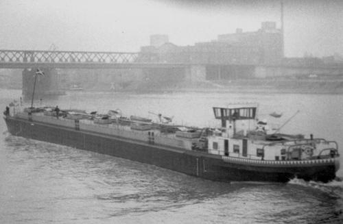 Het motortankschip BRUNO KRAUSE, afvarend in Mannheim. Archief Arie Lentjes.