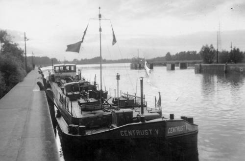 Het motortankschip CENTRUST V, wachtend voor een sluis. Foto: Archief Arie Lentjes.