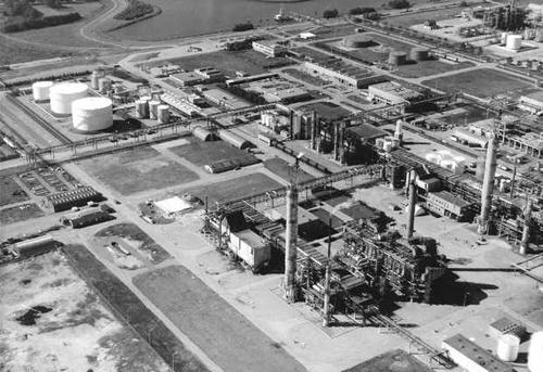De nieuwe fabrieken van Akzo in de Botlek. Sommige delen zijn al gebruik genomen terwijl aan andere nog wordt gebouwd.