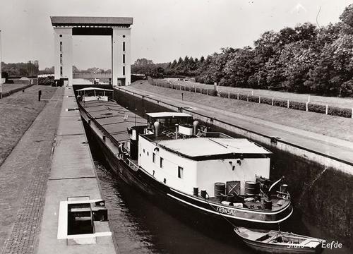 De sluis van Eefde met het Franse motorvrachtschip FRONSAC in de kolk.