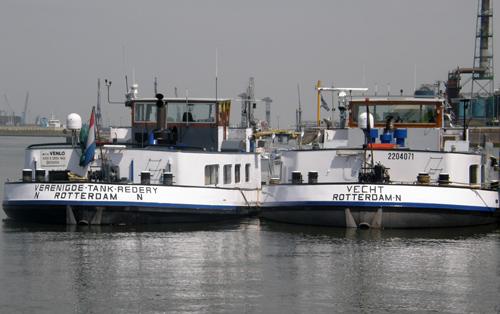 De motortankschepen VENLO (ex. TWENTHE BERKEL) en VECHT (ex. TWENTHE VECHT), bij elkaar opzij aan het Wachtsteiger in de Botlek op 05-06-2010.