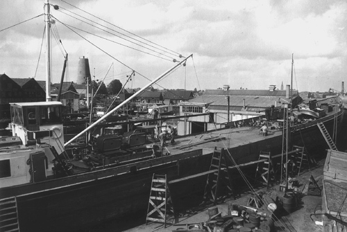 Ombouw van een deel van de veerpont ZELDENRUST III tot motortankschip LUBBERS 1. Foto: Collectie Arie Lentjes.