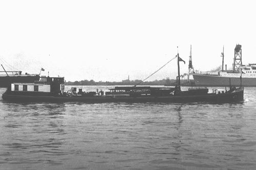 Het motortankschip VOORBURG, varend op de Nieuwe Maas.